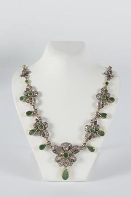 """5  -  <p><span class=""""object_title"""">Collar estilo Isabelino en plata y oro, con decoración de lazos de diamantes, talla rosa y esmeraldas, tallas redondo y perilla.</span></p>"""